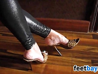 Big booty stinky heels are leaked at the toes