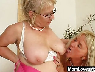 Booty milf doing the relaxing while her beau gets penetrated